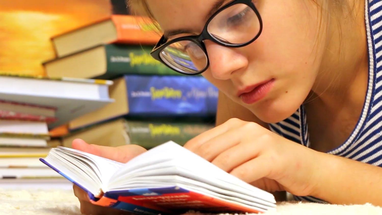 imagen página contacto. Chica leyendo un libro